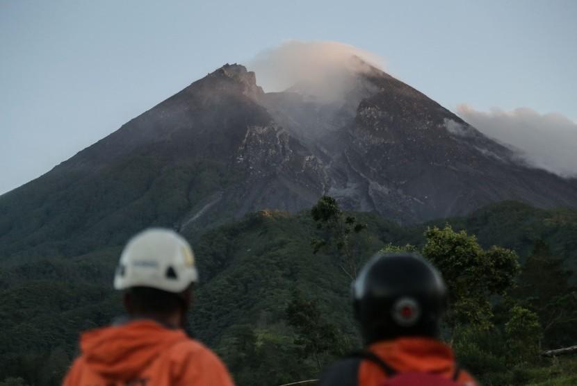 Status Gunung Merapi waspada.