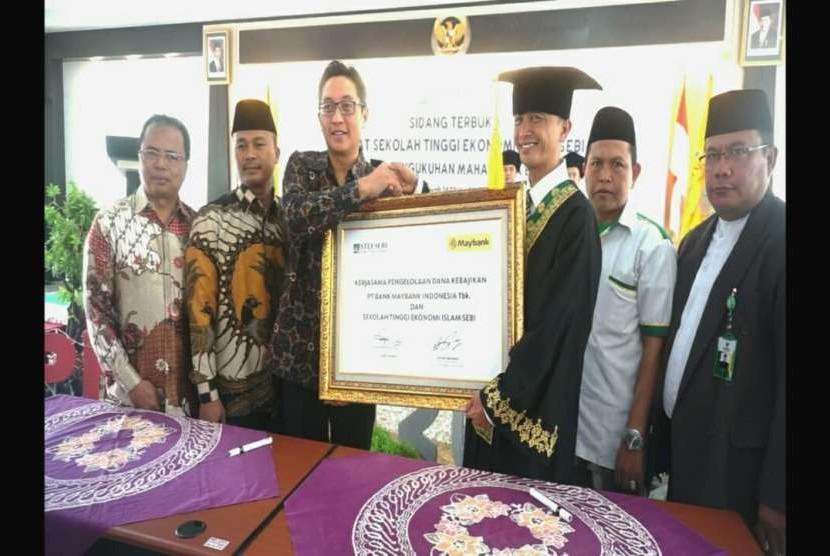 STEI SEBI dan Maybank Indonesia meneken kerja sama pengelolaan dana kebajikan.