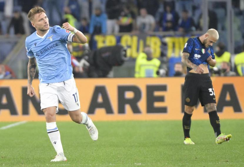 Stiker Lazio, Ciro Immobile (kiri) merayakan gol ke gawang Inter Milan pada laga Serie A di Stadion Olimpico, Roma, Ahad (17/10) dini hari WIB. Lazio menang 3-1 pada laga ini.