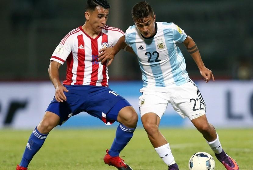 Striker Argentina, Paolo Dybala (kanan).