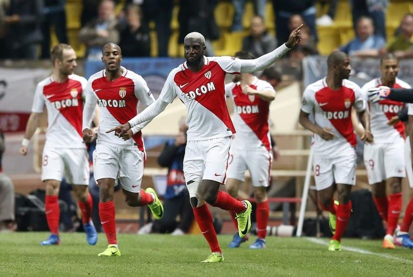 Striker AS Monaco, Tiemoue Bakayoko merayakan gol ke gawang Manchester City pada laga Liga Champions di Stade Louis II, Kamis (16/3) dini hari WIB. AS Monaco berhasil melaju ke perempat final.