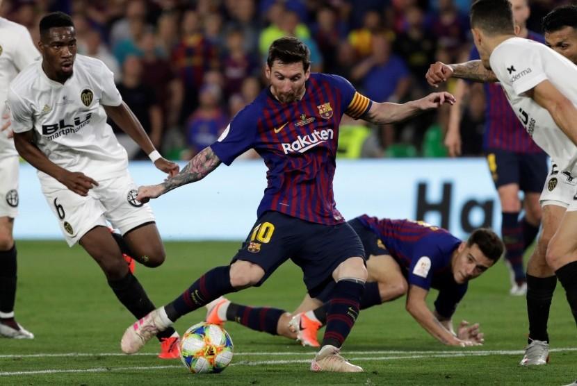 Striker Barcelona Lionel Messi dikepung para pemain Valencia dalam laga final Copa del Rey 2019, Ahad (26/5) dini hari WIB. Dalam laga itu Valencia keluar sebagai juara setelah menekuk Barcelona 2-1.