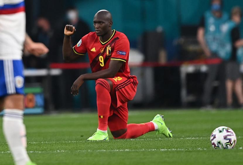 Striker Belgia, Romelu Lukaku berlutut sebelum laga kualifikasi Grup B Piala Eropa 2020 melawan Rusia di Zenit Arena, Saint Petersburg, Ahad (13/6) dini hari WIB. Belgia unggul 2-0 pada babak pertama.