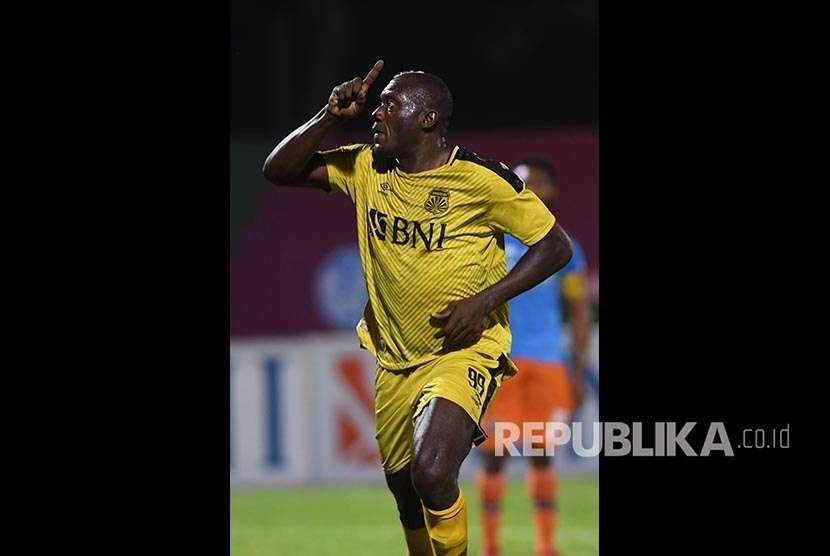 Striker Bhayangkara FC Herman Dzumafo.
