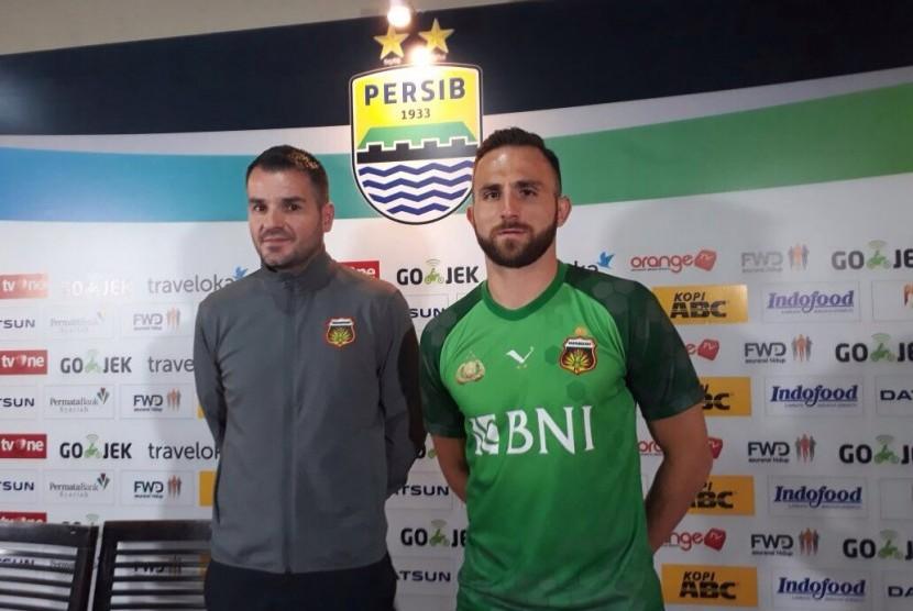 Striker Bhayangkara FC, Ilija Spasojevic (kanan) dan pelatih Simon McMenemy.