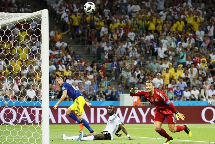 Striker Denmark Ola Toivonen mencetak gol ke gawang Jerman.