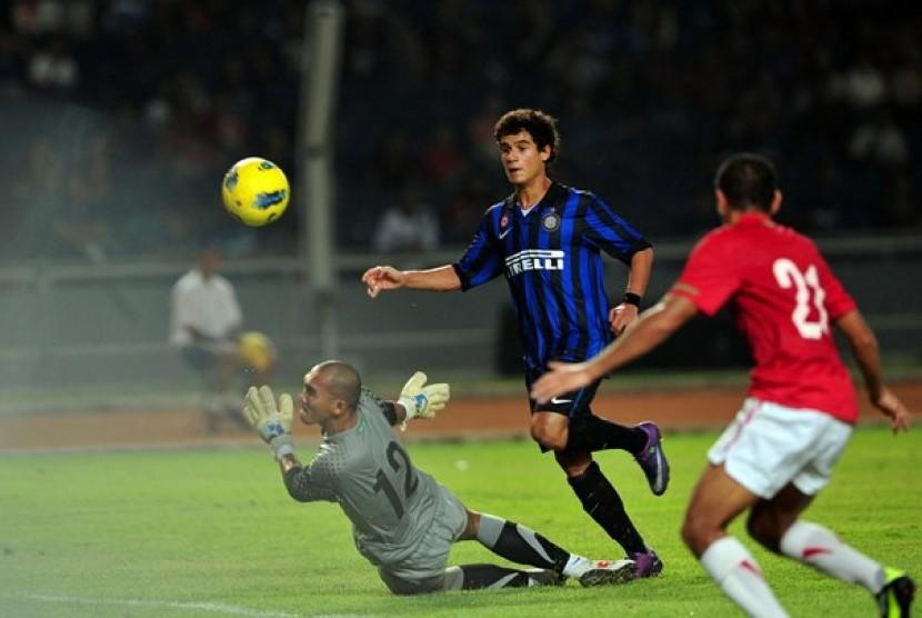 Striker Inter Milan Coutinho (biru), berusaha melepaskan tendangan melewati penjaga gawang timnas Indonesia, Markus Horizon dalam laga persahabatan Internazionale Milan Indonesia Tour di Stadion GBK, Senayan, Jakarta, Sabtu malam (26/5).
