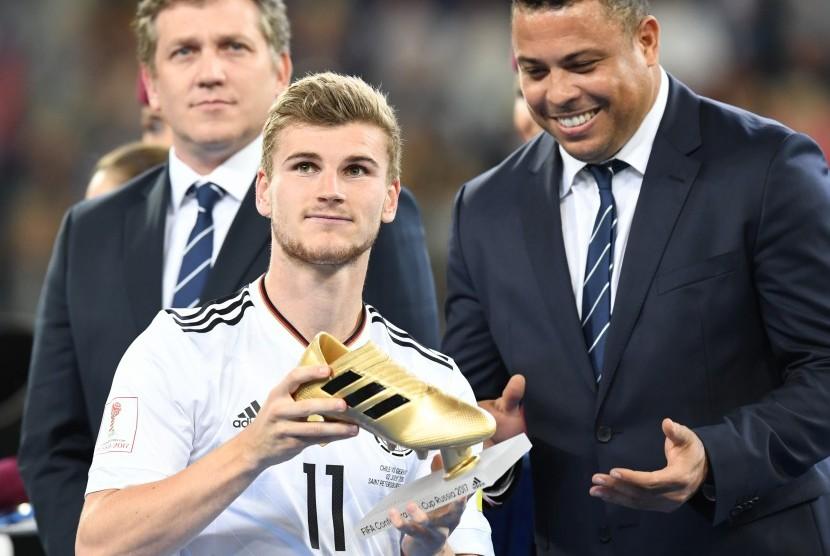 Striker Jerman, Timo Werner (kiri) menerima trofi Sepatu Emas dari Ronaldo (kanan) setelah menjadi top skorer Piala Konfederasi 2017.