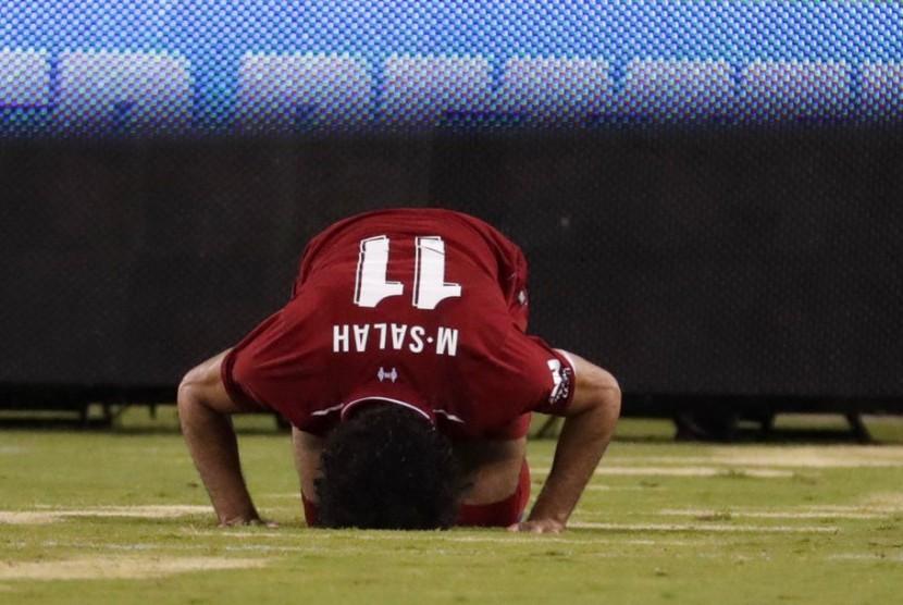Striker Liverpool, Mohamed Salah bersujud syukur seusai mencetak gol ke gawang Manchester City pada laga pramusim di New Jersey, Kamis (26/7).