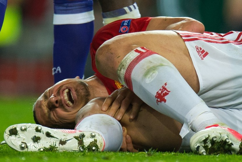 Striker Manchester United, Zlatan Ibrahimovic tergeletak cedera saat laga Liga Europa lawan Anderlecht di Old Trafford, pekan lalu.