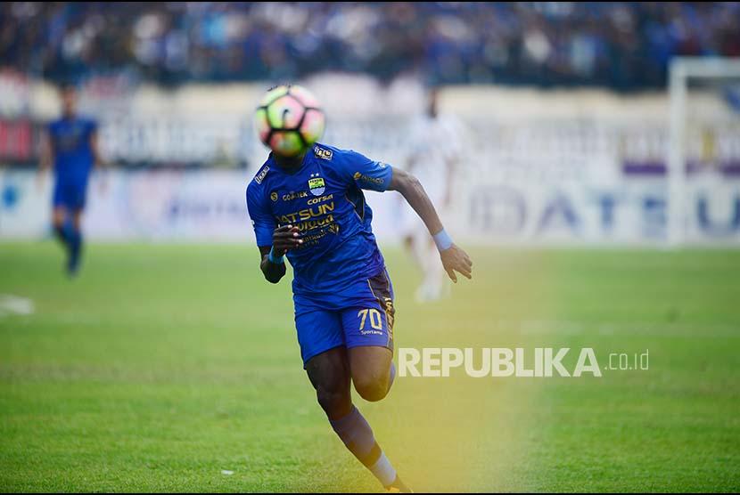 Striker Persib Bandung Ezechiel Ndouasel.
