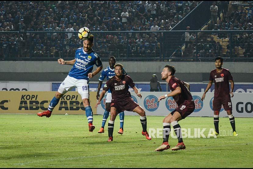 Striker Persib Bandung Jonathan Bauman menyundul bola ke gawang PSM Makasar saat laga lanjutan Go-jek Liga 1 di Stadion Gelora Bandung Lautan Api (GBLA), Bandung, Jawa Barat, Rabu (23/5) malam.