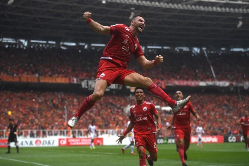 Striker Persija Jakarta Marko Simic berselebrasi usai mencetak gol ke gawang Mitra Kukar dalam laga terakhir Liga 1 di Stadion Utama Gelora Bung Karno, Jakarta, Ahad (9/12).