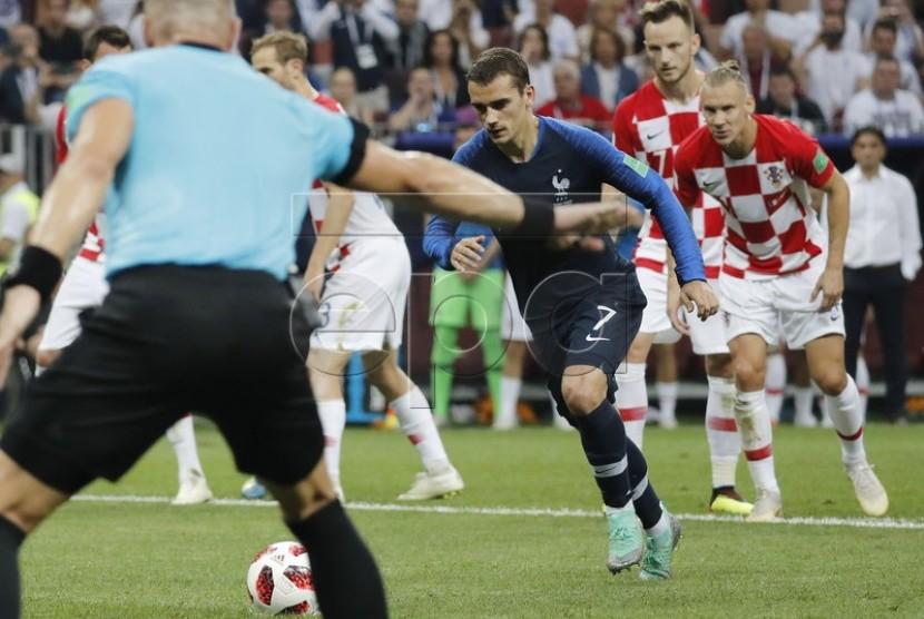 Striker Prancis Antoine Griezmann bersiap melakukan tendangan penalti ke gawang Kroasia dalam final Piala Dunia 2018, Ahad (15/7).