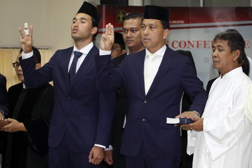 Striker Tim Nasional Indonesia Ezra Harm Ruud Walian (kiri) bersama ayahnya, Glenn Walian (kedua kanan), menjalani pengambilan sumpah menjadi Warga Negara Indonesia (WNI) di Kantor Wilayah Kementerian Hukum dan HAM, Cawang, Jakarta, Kamis, (18/5).