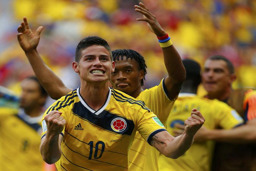 Striker Timnas Kolombia, James Rodriguez (kiri), melakukan selebrasi usai menjebol gawang Pantai Gading di laga Grup C Piala Dunia 2014 di Stadion Nasional, Brasilia, Kamis (19/4).