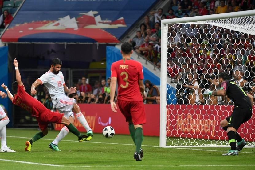 Striker Timnas Spanyol, Diego Costa (tengah), melepaskan tembakan saat menghadapi Portugal di laga Grup B Piala Dunia 2018 di Sochi, Rusia, Jumat (15/6).