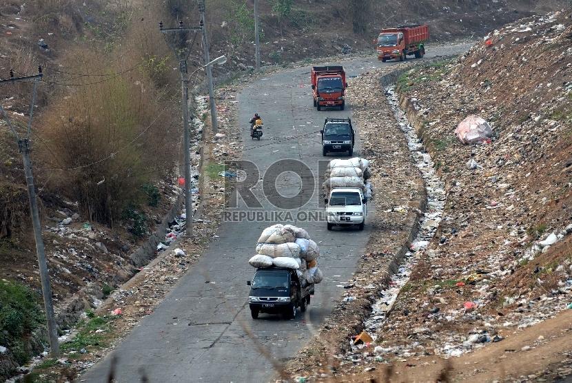 Suasana aktivitas di Tempat Pengolahan Sampah Terpadu (TPST) Bantar gebang, Kota Bekasi, Rabu (4/11).  (Republika/Yasin Habibi)