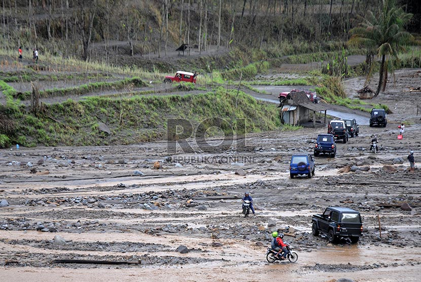 Suasana aliran Kali Sembong seusai diterjang aliran lahar dingin, Gunung Kelud di kawasan desa Pandansari, Kec. Ngantang Kabupaten Malang, Jawa Timur, Rabu (19/2).
