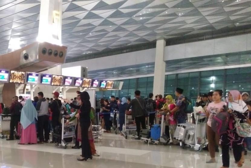 Suasana antrean check-in Terminal 3 Ultimate, Bandara Soekarno Hatta, Ahad (10/6) dini hari.