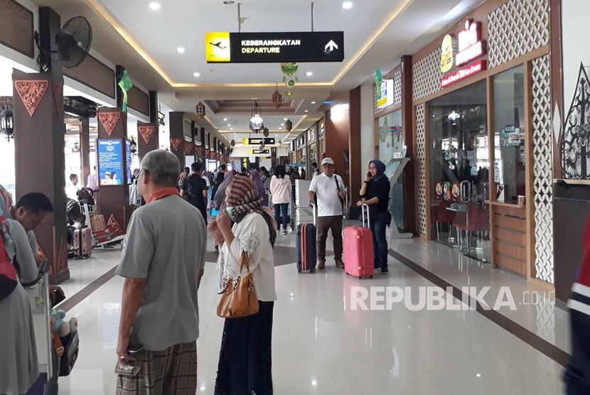 Suasana Bandara Internasional  Adisutjipto, Ahad (9/6).