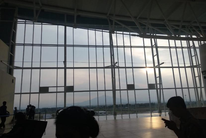 Suasana Bandara Internasional Jawa Barat (BIJB) Kertajati, Majalengka, Jawa Barat yang masih sepi setelah enam bulan beroperasi. Padahal fasilitas dan bangunan yang dibuat sudah bertaraf internasional seperti Terminal 3 Bandara Soetta.