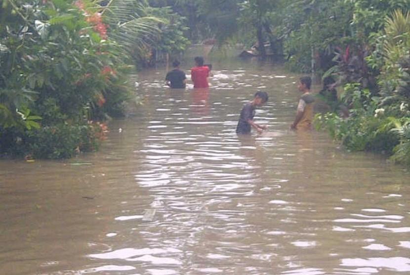 Suasana banjir di komplek Total Persada Raya Tangerang. Ratusan warga masih terkepung air bah hingga Rabu (16/1) ini.