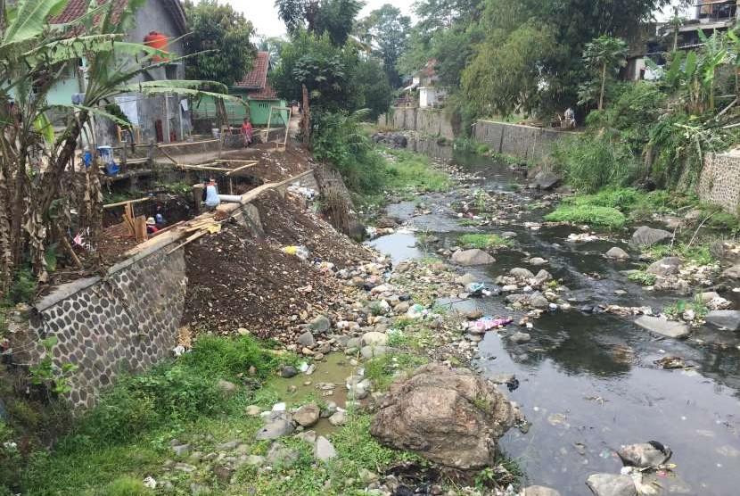 Sungai dipenuhi sampah (ilustrasi).