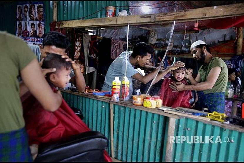 Suasana barbershop darurat di kamp pengungsi Rohingya Balukhali, Bangladesh.