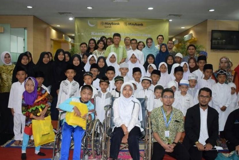 Suasana berbagi dengan ayak yatim, dhuafa dan difabel yang digelar Maybank Syariah di Bandung, Jumat (16/6).
