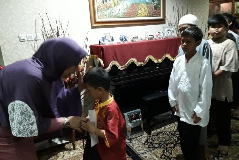 Suasana buka puasa bersama dan santunan yatim yang digelar oleh alumni SMP 85 Jakarta angkatan 1985.