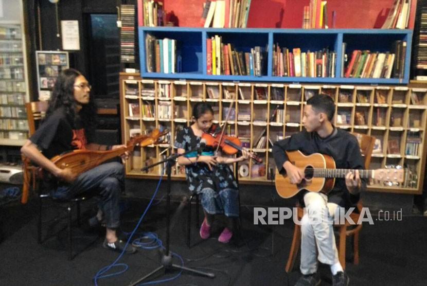 Suasana dan kegiatan Museum Musik Indonesia (MMI) Kota Malang di Klojen, Senin sore (11/6).