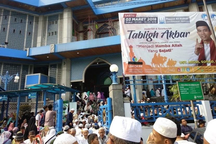 Suasana di depan Masjid Al Azhar, Jaka Permai, Bekasi Barat, Sabtu (3/3) tempat Tabligh Akbar Kajian Dhuha oleh Ustaz Abdul Somad.