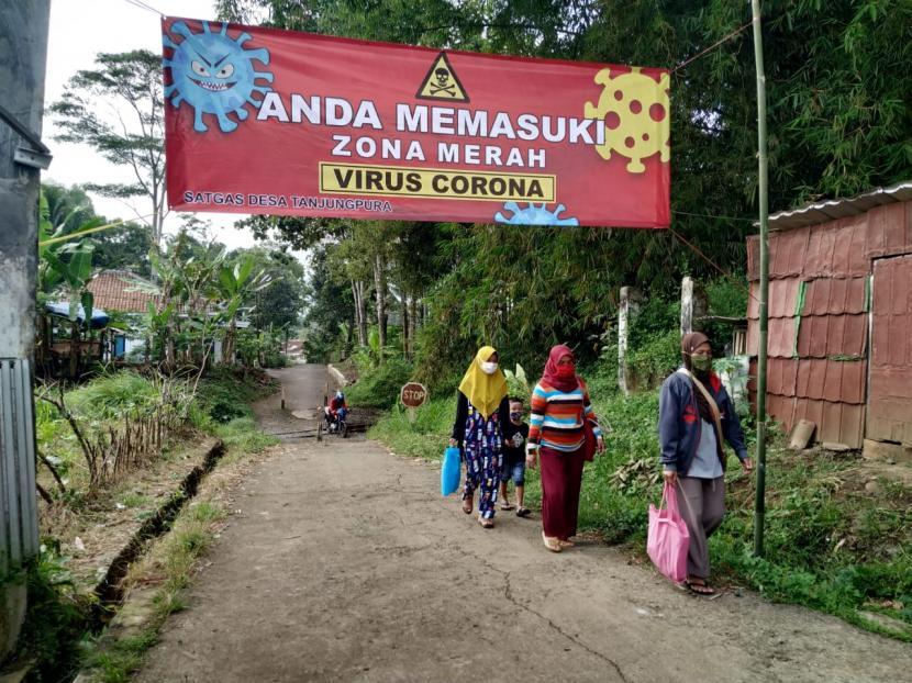 Suasana di Desa Tanjungpura, Kecamatan Rajapolah, Kabupaten Tasikmalaya, Selasa (22/6). Diketahui, sebanyak 63 warga di desa itu terkonfirmasi positif Covid-19, di mana dua di antaranya meninggal dunia.