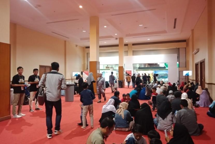 Suasana di hari trakhir pameran Halal Indonesia Expo 2019, di Jakarta Convention Center (JCC) Senayan, Jakarta, Ahad (30/6). Pada hari terakhir pameran, nampak pengunjung antusias mendengarkan kajian dan berbelanja produk halal.