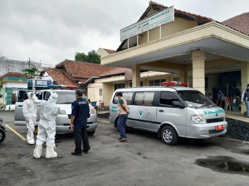 Suasana di IGD RSUD dr Soekardjo Kota Tasikmalaya, Kamis (24/6). Sejumlah ambulans yang membawa pasien Covid-19 mengantre untuk mengantarkan pasien masuk ruang isolasi.