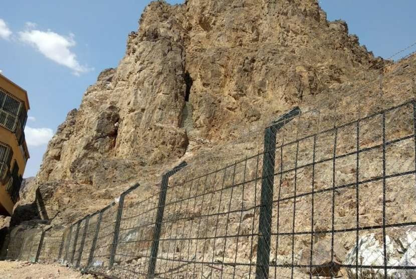 Suasana di kaki Gunung Uhud, Madinah, Rabu (12/9). Rekahan tak jauh dari kaki gunung itu disebut sebagai tempat berlindung Rasulullah  saat pasukan Muslim terdesak pada Perang Uhud.