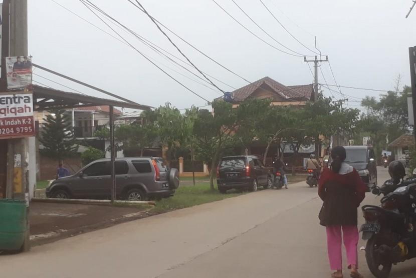 Suasana di Kampung Pulo RT 01 RW 07, Desa Bojong Malaka, Kecamatan Baleendah, Kabupaten Bandung terpantau normal seperti biasa. Pemilik salah satu kosan, Ikke Solihat membenarkan pada Kamis (28) dilakukan penangkapan terduga teroris di kontralannya, Senin (1/4).