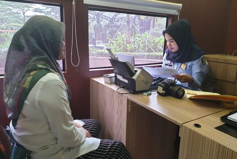 Ilustrasi layanan pembuatan paspor di mobil keliling.