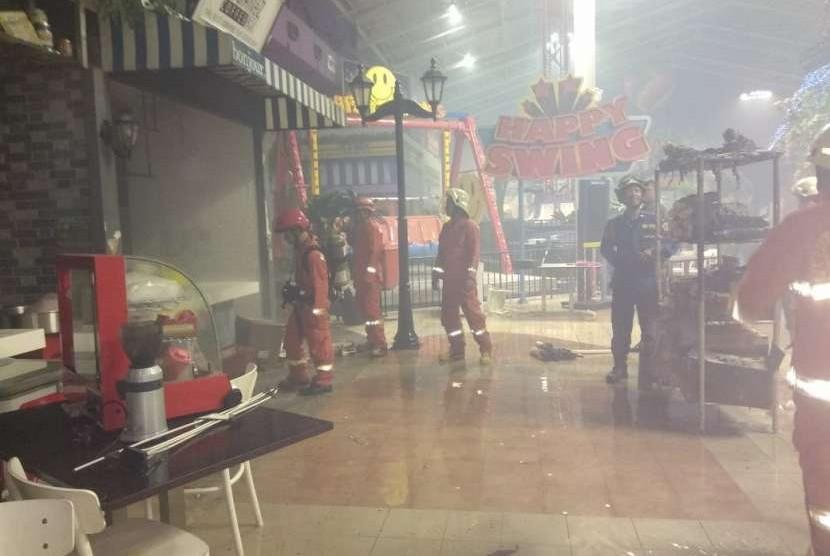 Suasana di kawasan kuliner Transmart Cilandak setelah kebakaran di salah satu gerai makanan, Jumat (14/9).