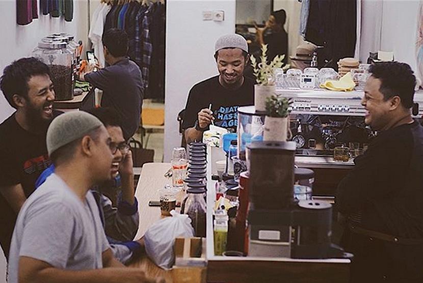 Suasana di kedai kopi Mazea Coffee.