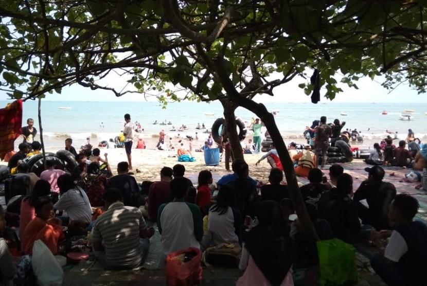 Jalur Wisata Pantai Carita Anyer Padat Republika Online