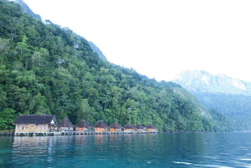 Suasana di Pantai Ora, Maluku Tengah.