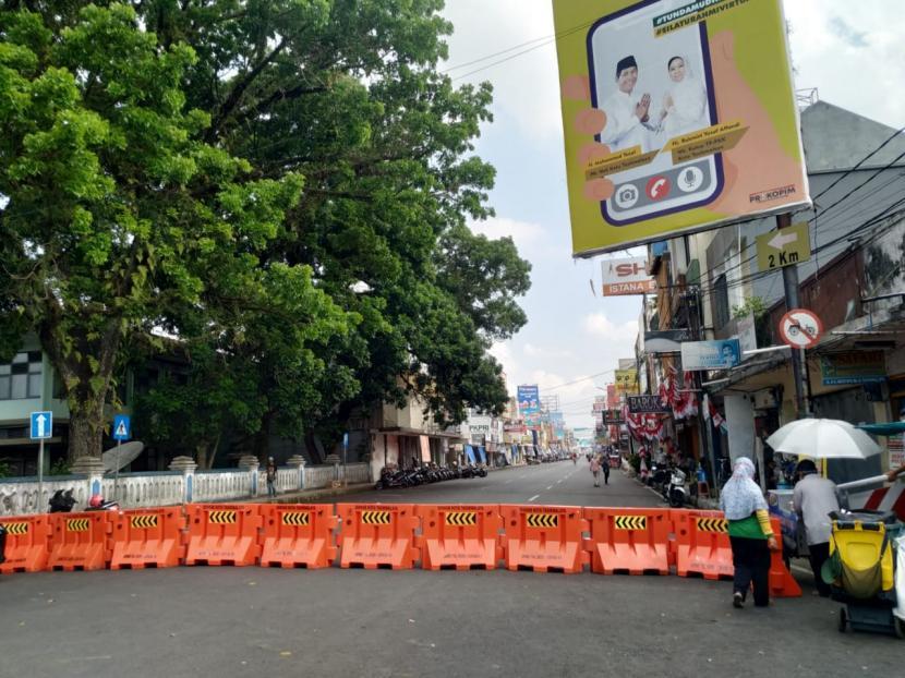 Suasana di pusat Kota Tasikmalaya saat pelaksanaan PPKM darurat hari kedua, Ahad (4/7).