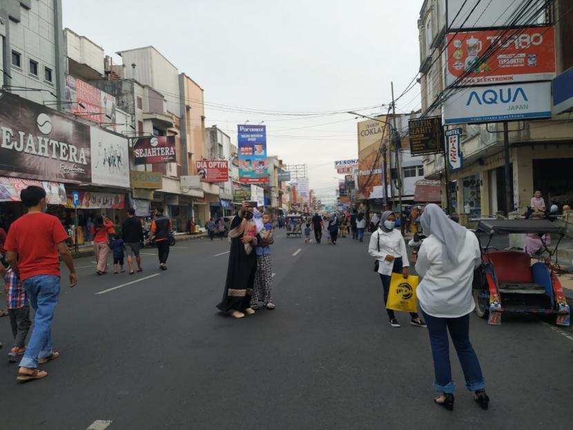 Suasana di pusat pertokoan Jalan KH Z Mustofa Kota Tasikmalaya. Petugas menutup akses ke kawasan itu untuk mengurai kerumunan orang, lantaran Kota Tasikmalaya masuk zona merah penyebaran Covid-19.