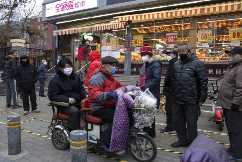 Suasana di sebuah supermarket di Beijing, China, Selasa (25/2).Perdagangan global China turun, tetapi impor dari Indonesia naik 13 persen.