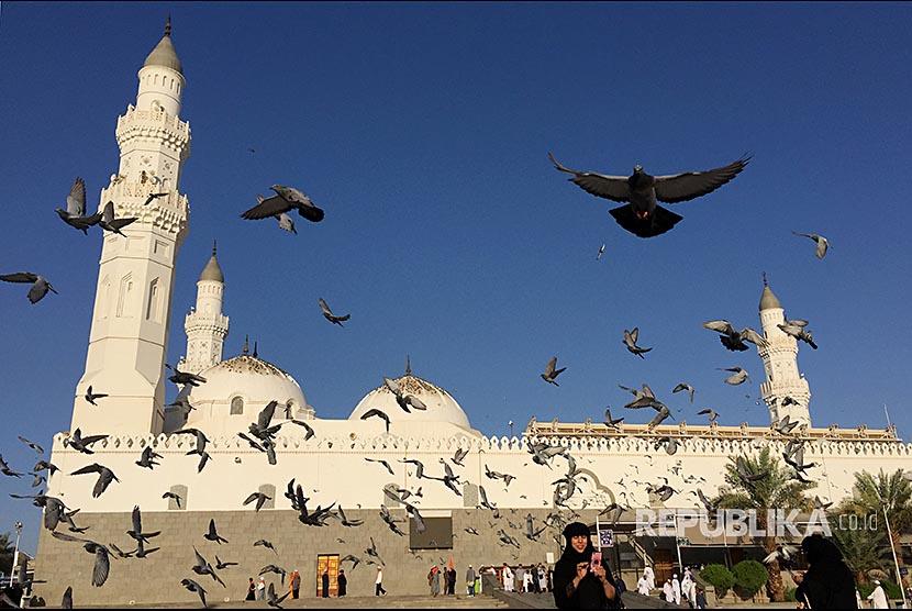 Burung merpati beterbangan di sekitar Masjid Quba, Madinah, Arab Saudi