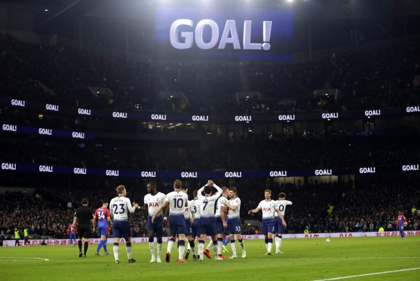 Suasana di stadion baru Tottenham Hotspur seusai Christian Eriksen mencetak gol ke gawang Crystal Palace dalam lanjutan Liga Primer Inggris.