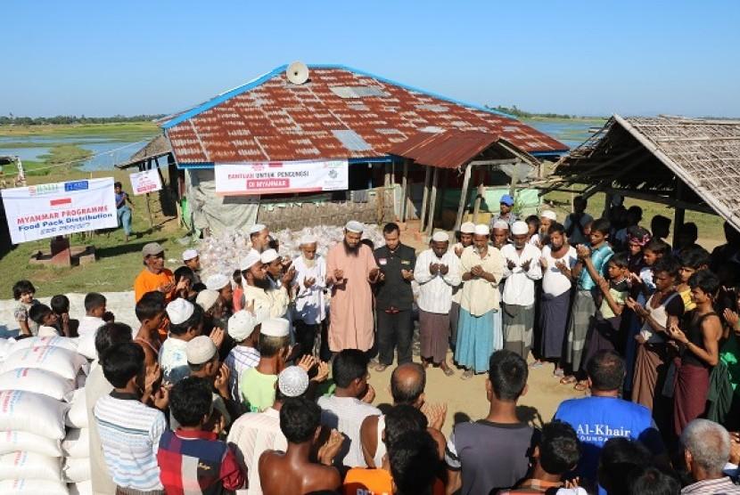 Suasana doa bersama Tim BMH bersama Muslim Rohingya di Rakhine.