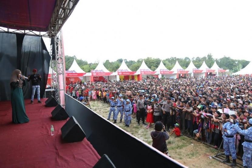 Suasana festival crossborder di Sambas.